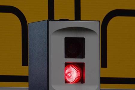 Es blitzt aus einer Verkehrsüberwachungsanlage in der der Innenstadt. Der Streit um Änderungen am Bußgeldkatalog scheint festgefahrenen. Foto: Robert Michael/dpa-Zentralbild/dpa