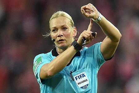 Pfeift als erste Schiedsrichterin ein Endspiel um den Supercup: Bibiana Steinhaus. Foto: Torsten Silz/dpa