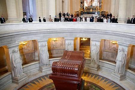 Der Sarkophag aus rotem Porphyr mit dem Leichnam Napoleons in der Kirche Saint-Louis des Invalides (Invalidendom). Napoleon starb am 5. Mai 1821 auf Sankt Helena. Foto: Charles Platiau / Pool/REUTERS POOL/dpa