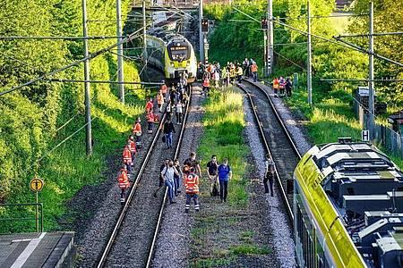 Passagiere verlassen den Zug nach demUnglück in Oppenweiler. Foto: Kohls/SDMG/dpa