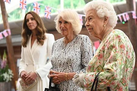 Die britische Königin Elizabeth II. (r) mit den Herzoginnen Kate (l) und Camilla in Carbis Bay. Foto: Oli Scarff/PA Wire/dpa