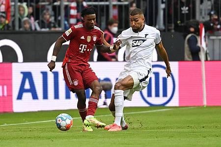 Bayerns Omar Richards (l) in Aktion gegen Hoffenheims Kevin Akpoguma. Foto: Sven Hoppe/dpa