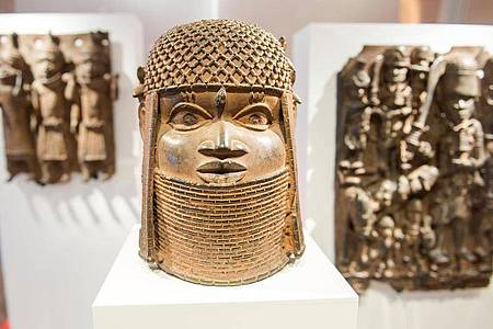 Benin-Bronzen im Hamburger Museum für Kunst und Gewerbe. Foto: Daniel Bockwoldt/dpa