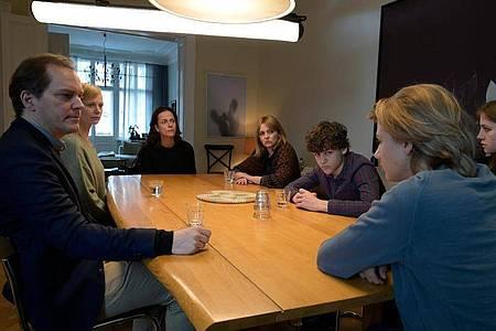 Was tun?Krisensitzung der Familien. Foto: Christiane Pausch/ZDF/dpa