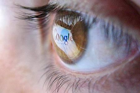 Wachsam bleiben: Es lohnt sich, mit der Hilfe von Suchmaschinen den eigenen Namen im Netz im Auge zu behalten. Foto: Julian Stratenschulte/dpa/dpa-tmn