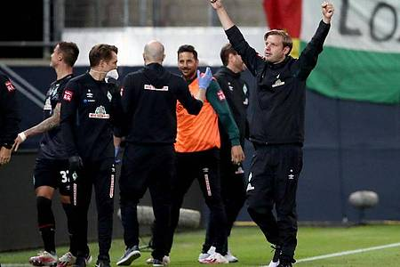Bremens Trainer Florian Kohfeldt (r) jubelt über den zweiten Treffer gegen den FC Heidenheim. Foto: Tom Weller/dpa