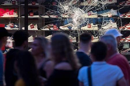 21. Juni: Die beschädigten Scheibe eines Einzelhandelsgeschäfts in Stuttgart. Foto: Marijan Murat/dpa