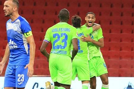 Der VfL Wolfsburg um Maxence Lacroix (r) feierte einen souveränen Auswärtserfolg. Foto: Hektor Pustina/AP/dpa