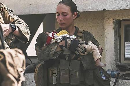 Die Unteroffizierin Nicole Gee vom US Marine Corps half kleine Kinder beruhigen. Sie starb bei dem Bombenanschlag auf den Flughafen Kabul. Foto: Sgt. Isaiah Campbell/U.S. Marine Corps via AP/dpa