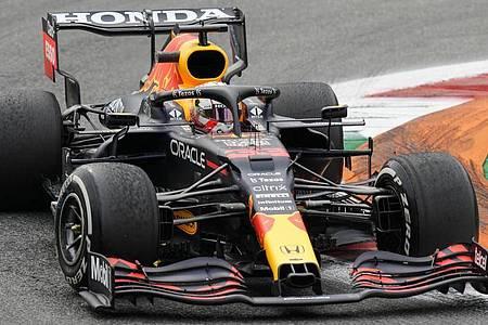 Schied wie Konkurrent Lewis Hamilton in Monza vorzeitig aus: WM-Spitzenreiter Max Verstappen. Foto: Luca Bruno/AP/dpa
