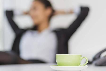 Erholung vom Bildschirm: Ob Kaffeepausen zur Arbeitszeit gehören, lässt sich nicht ganz eindeutig beantworten. Foto: Monique Wüstenhagen/dpa-tmn/Illustration