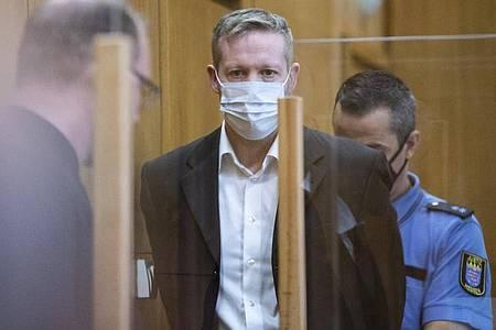Der Hauptangeklagte Stephan Ernst (M) soll den nordhessischen Regierungspräsidenten Lübcke vor einem Jahr auf dessen Terrasse erschossen haben, weil sich der CDU-Politiker für Flüchtlinge eingesetzt hatte. Foto: Boris Roessler/dpa-Pool/dpa