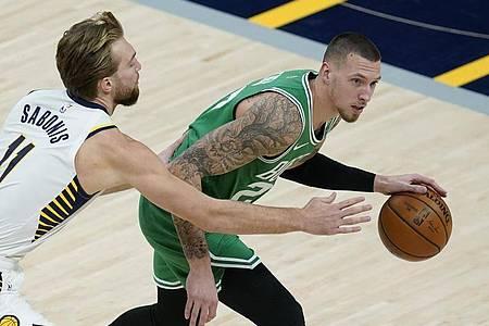 Setzte sich mit den Boston Celtics gegen Domantas Sabonis (l) und die Indiana Pacers durch: Daniel Theis. Foto: Darron Cummings/AP/dpa
