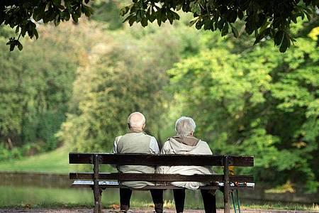 Zwei Rentner sitzen auf einer Bank. Berater der Bundesregierung fürchten «schockartig steigende Finanzierungsprobleme in der gesetzlichen Rentenversicherung ab 2025». Foto: Sebastian Kahnert/dpa-Zentralbild/dpa
