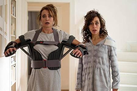 Konstanze (Anja Kling, l) und Jackie (Carol Schuler) in einer Szene der ZDF-Komödie «Dreiraumwohnung». Foto: Jonathan Ibeka/W&b Television/ZDF/dpa