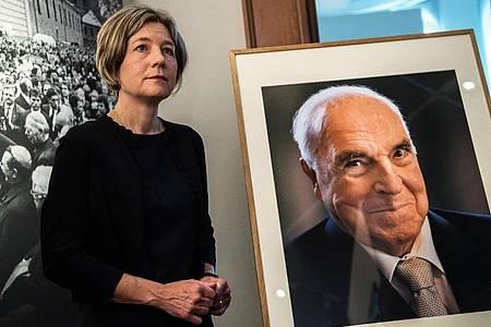 Maike Kohl-Richter, Witwe von Alt-Bundeskanzler Helmut Kohl, steht neben einem Porträt ihres Mannes. Foto: Andreas Arnold/dpa