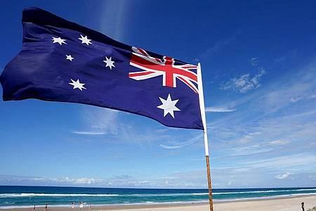 Eine australische Flagge weht am Main Beach in Gold Coast. Foto: Dave Hunt/AAP/dpa