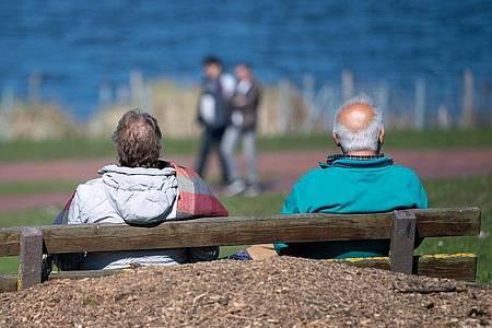 Ein älteres Paar sitzt auf einer Bank am Max-Eyth-See. Nach jahrelangen Rentensteigerungen könnte die übliche Erhöhung der Altersbezüge im kommenden Jahr im Westen Deutschlands ausfallen. Foto: Sebastian Gollnow/dpa