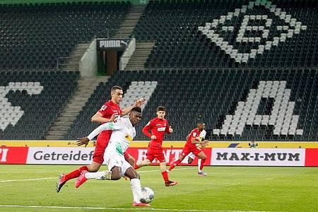 Das Nachholspiel Mönchengladbach gegen Köln findet als erstes Bundesliga-Match wegen des Coronavirus unter Ausschluss der Öffentlichkeit statt. Foto: Roland Weihrauch/dpa