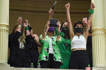 Frauen feiern im Senat, nachdem das Gesetz zur Liberalisierung der Abtreibung verabschiedet wurde. Foto: Prensa Senado/telam/dpa