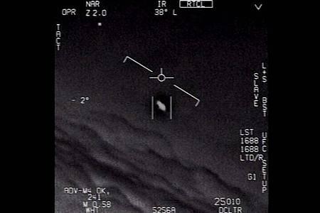 Das Standbild eines vom US-Verteidigungsministerium veröffentlichten Videos zeigt ein Unidentifiziertes Flugobjekt, das von Piloten der US-Marine gesichtet wurde. Foto: U.S. Department of Defense/dpa