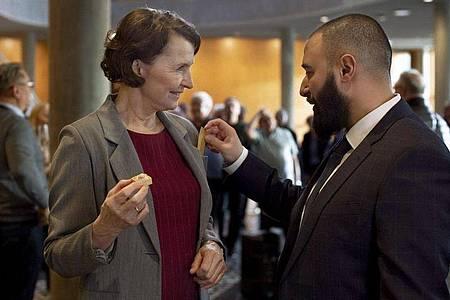 Justizministerin Elisabeth (Karen-Lise Mynster) witzelt mit ihrem Assistenten Farshad (Hadi Ka-Koush). Foto: --/HR/Arte/dpa