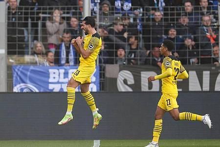 Dortmunds Torschütze Emre Can (l) feiert seinen Treffer zum 0:1. Foto: Friso Gentsch/dpa