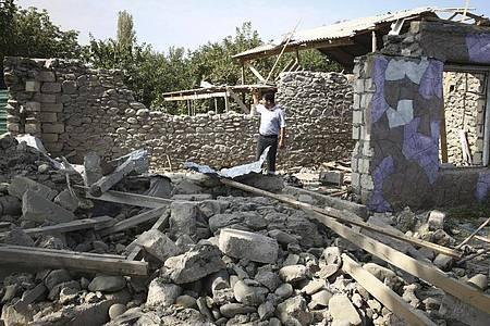 Konflikt in der Region Berg-Karabach: Ein Mann steht in den Ruinen seines Hauses. Foto: Aziz Karimov/AP/dpa