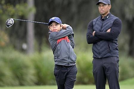 Tiger Woods und sein Sohn Charlie während der Trainingsrunde in Orlando. Foto: Phelan M. Ebenhack/FR121174 AP/dpa