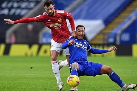 United-Torschütze Bruno Fernandes (l) im Zweikmapf mit Youri Tielemans. Foto: Glyn Kirk/PA Wire/dpa