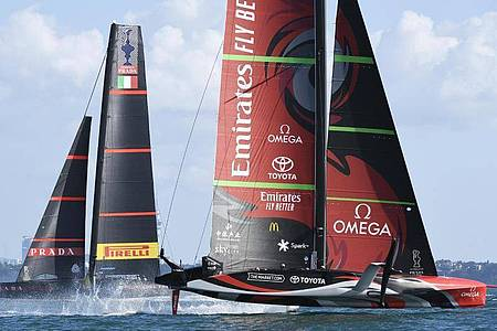 Das Emirates Team New Zealand (r) holt sich vor dem italienischen Team Luna Rossa im zehnten Rennen den Sieg im America`s Cup. Foto: Chris Cameron/Photosport/AP/dpa