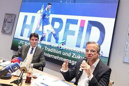 Ulrich Paetzel (l) und Frank Haberzettel sind die Sprecher der Initiative «FC Schalke 04 - Tradition und Zukunft». Foto: Roland Weihrauch/dpa