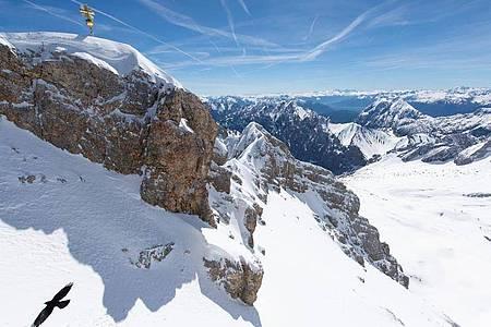 Das Gipfelkreuz auf der Zugspitze leuchtet in der Sonne. Foto: Sven Hoppe/dpa