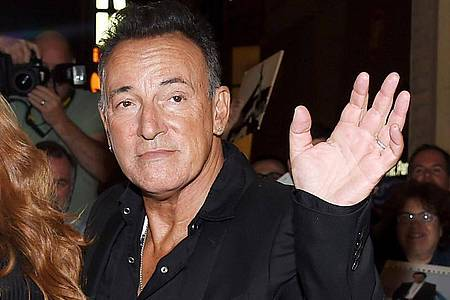 """Bruce Springsteen vor dem Walter Kerr Theater in New York nach der Premiere von """"Springsteen On Broadway"""" 2017. Foto: Evan Agostini/AP/dpa"""