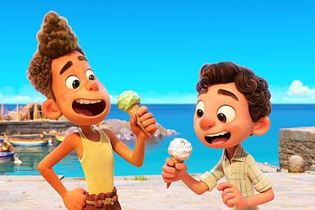 Zwei Jungen essen Eis