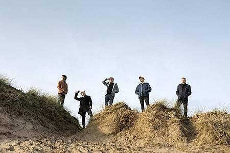 Was mögen sie wohl im Blick haben? Teenage Fanclub in den Dünen. Foto: Donald Milne/dpa