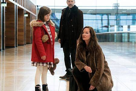 Die Diplomatin Karla Lorenz (Natalia Wörner) kämpft für ihren Jugendfreund «Kolja» Petrow (Beat Marti) und dessen Tochter Manja (Rena Harder). Foto: Roland Suso Richter/ARD Degeto/dpa