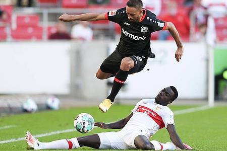 Leverkusens Karim Bellarabi (oben) im Zweikampf mit Stuttgarts Silas Wamangituka (unten). Foto: Tom Weller/dpa