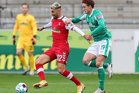 Freiburgs Vincenzo Grifo (M) in Aktion gegen Bremens Josh Sargent. Foto: Tom Weller/dpa