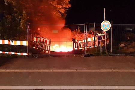 Starkstromkabel brennen in einer Baugrube in München. Durch das Feuer gab es einen weiträumigenStromausfall. Foto: ---/Feuerwehr München/dpa