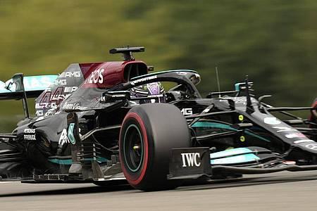 Lewis Hamilton war beim Training am Freitag noch nicht ganz zufrieden mit seinem Auto. Foto: Francisco Seco/AP/dpa