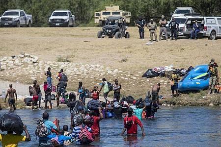 Migranten, die meisten aus Haiti, überqueren den Rio Grande von Ciudad Acuña, Mexiko, in Richtung Del Rio, Texas. Foto: Felix Marquez/AP/dpa