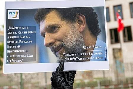 Protestaktion mit einem Konterfei von Osman Kavala vor der Türkischen Botschaft in Berlin. Foto: Christophe Gateau/dpa/Archiv