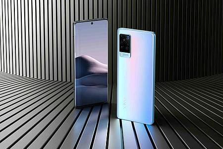 Die hellblaue Farbvariante des Vivo X60 Pro 5G (800 Euro) zeigt je nach Lichteinfall verschiedene Farbverläufe. Foto: Vivo/dpa-tmn