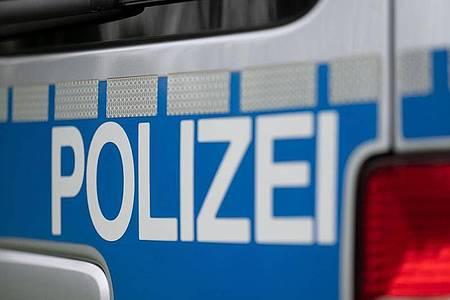 Nach einer Flucht soll ein Auto in Berlin mit mehreren Polizeifahrzeugen kollidiert sein. (Symbolbild). Foto: Marijan Murat/dpa