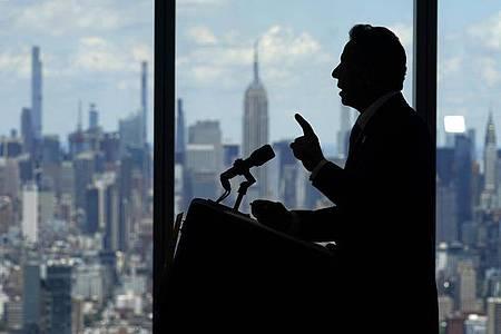 Andrew Cuomo, Gouverneur von New York, spricht über die Aufhebung von Corona-Einschränkungen. Foto: Seth Wenig/AP/dpa