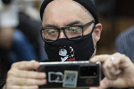 Kirill Serebrennikow vor seiner Anhörung in einem Gerichtssaal. Foto: Pavel Golovkin/AP/dpa