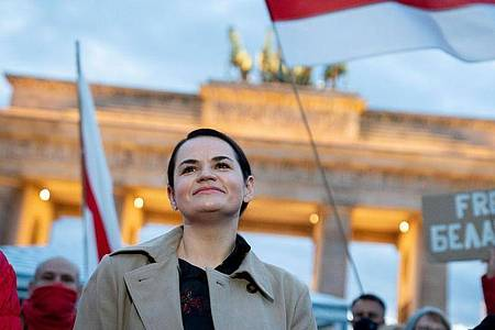 Die belarussische Oppositionsführerin Swetlana Tichanowskaja wird von Anhängern am Brandenburger Tor in Berlin begrüßt. Foto: Kay Nietfeld/dpa
