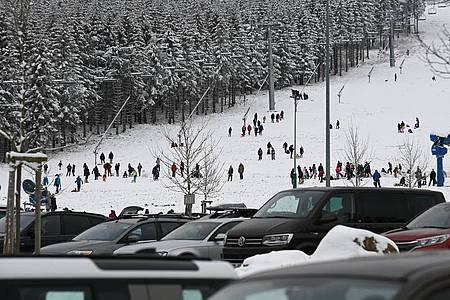 Fahrzeuge parken auf dem Großraumparkplatz vor der Hexenritt-Abfahrt am Wurmberg im Harz. Foto: Swen Pförtner/dpa