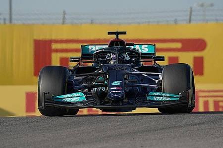 Lewis Hamilton und Mercedes haben in den kommenden zwei Wochen noch jede Menge Arbeit vor sich. Foto: Hasan Bratic/dpa